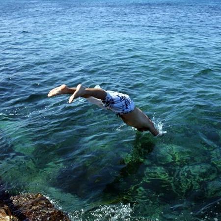 Plongeon Dans Les Eaux Claires Du Pacifique