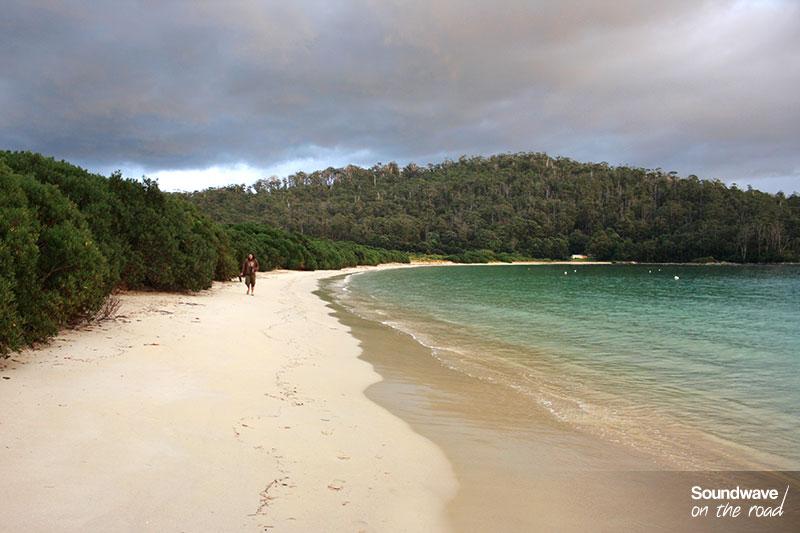 Robinson Crusoé se balade sur sa plage déserte.