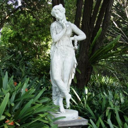 Statue Entourée De Verdure