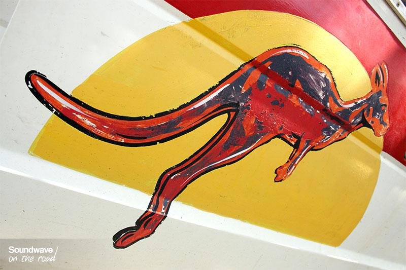 Peinture d'un kangourou rouge sur la porte d'un van