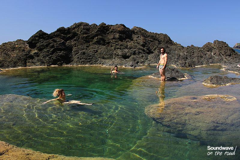 Nageurs dans une piscine naturelle