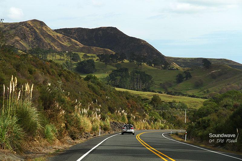 Double ligne jaune sur une route de Nouvelle Zélande