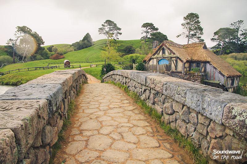 Pont de pierre et chaumière pittoresque