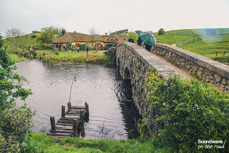 Pont de pierre au dessus d'un étang