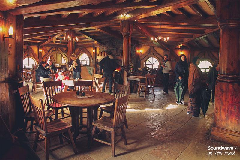 Bar chaleureux intérieur bois