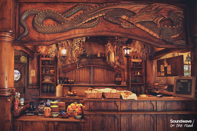 Bistrot en bois et gravure d'un dragon