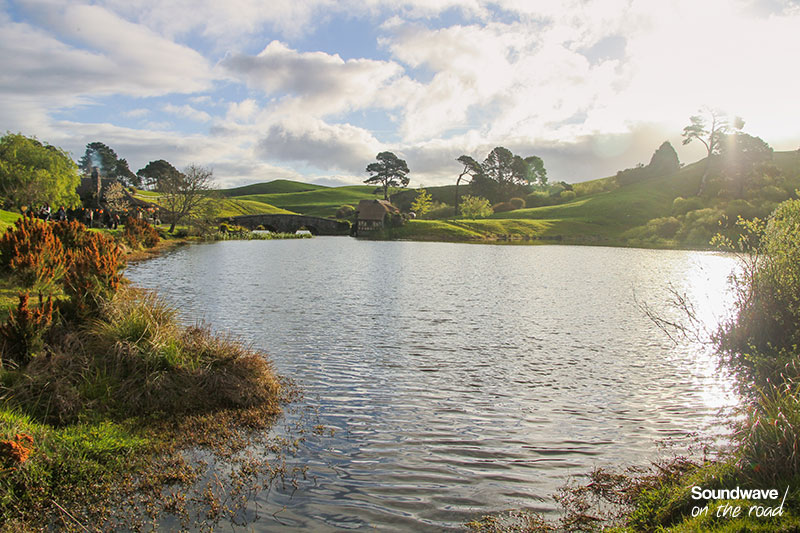 Lac surplombé de collines vertes