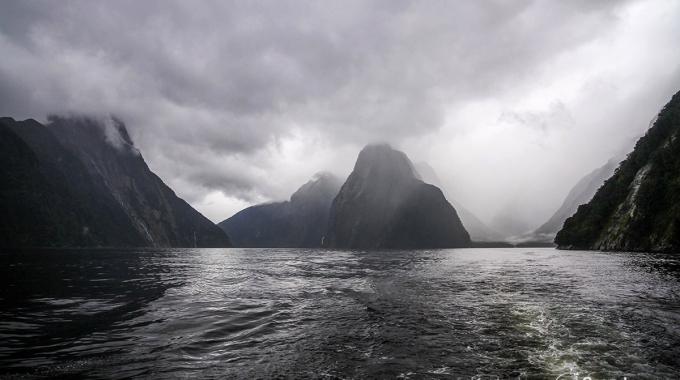 Milford Sound, Au Cœur D'un Fjord En Noir Et Blanc