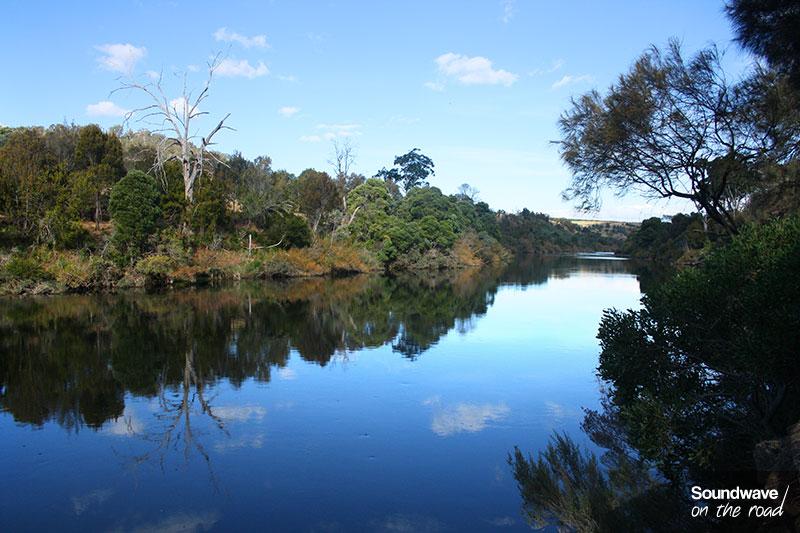 Une large rivière de Tasmanie