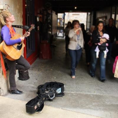 Joueuse De Guitare Dans La Rue à Hobart