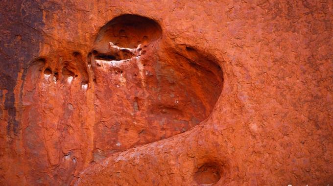 La Roche Forme Un Cœur Sur La Surface D'Ayers Rock