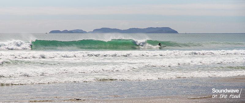 Surfer en Nouvelle Zélande