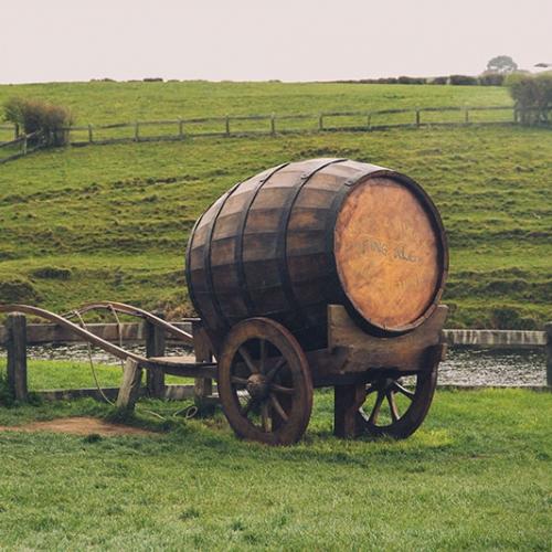 Barrique De Bière Sur Une Brouette à La Campagne