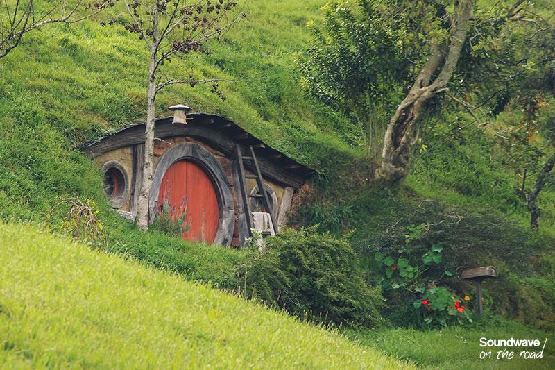 Maison de hobbit à la porte rouge