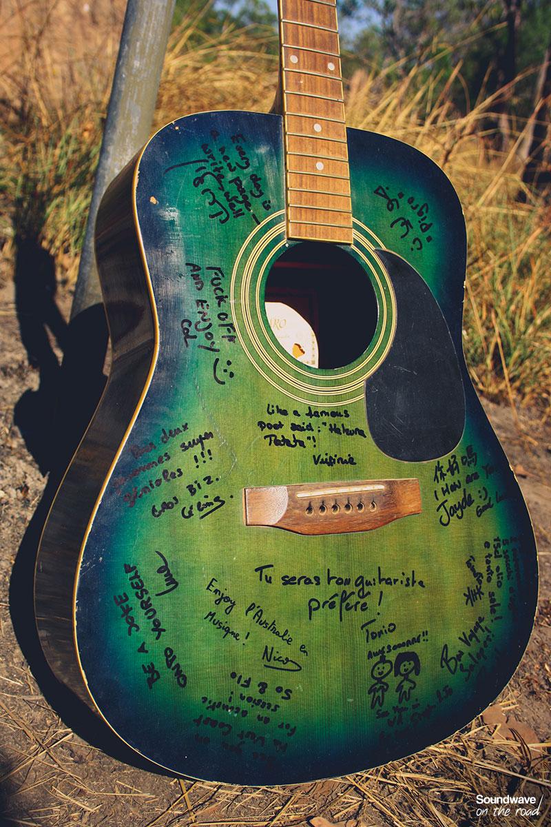 Guitare verte dédicacée