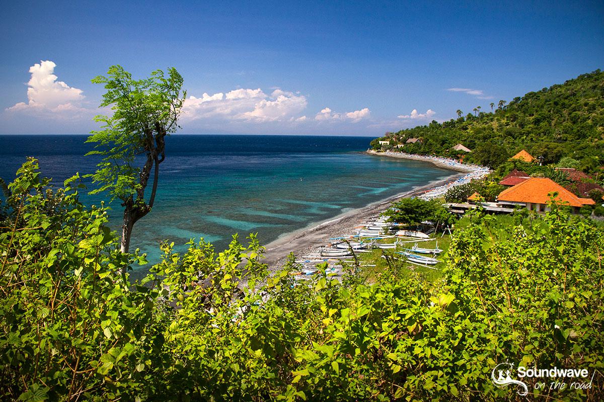 Sous les plages de sable noir d'Amed à l'est de Bali