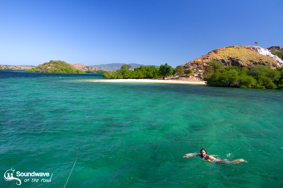 Nager dans les eaux transparentes du parc national de Komodo