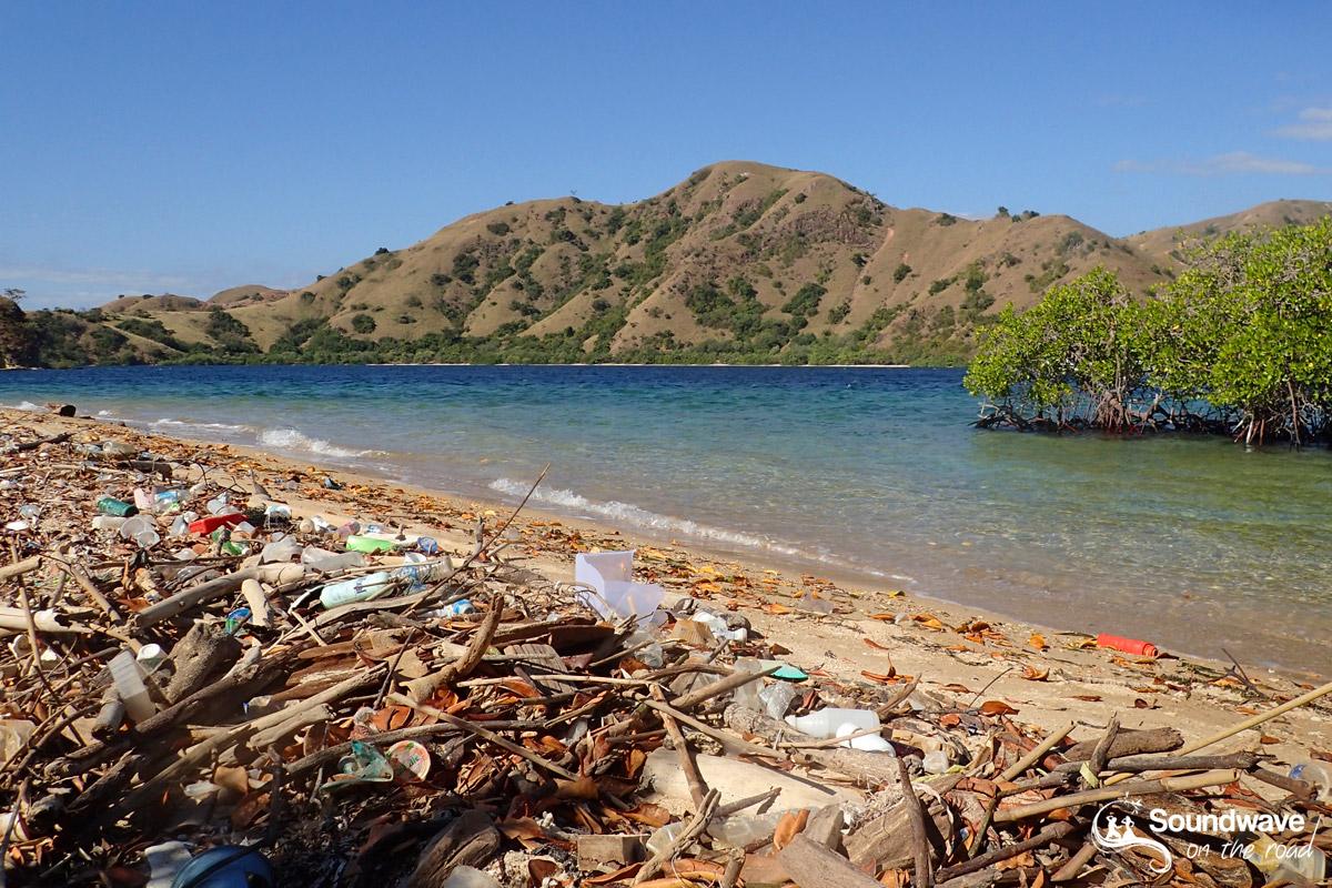 Les déchetssur les plages de Komodo en Indonésie