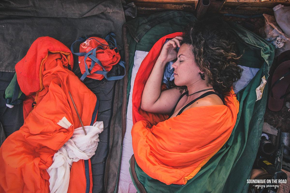 Passer la nuit dans un swag en Australie pendant que l'appareil shoote la voie lactée