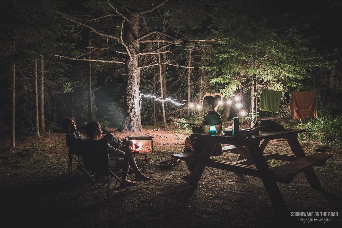 Campement auprès du feu au Canada