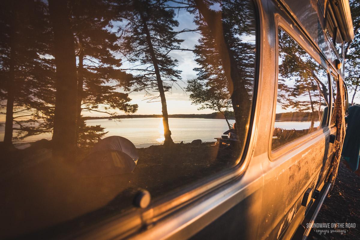 Vanlife dreams - Reflets du lac sur les vitres du van