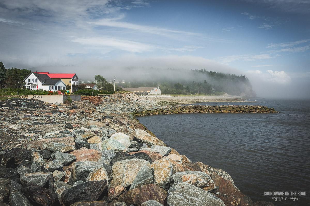 La brume sur le village d'Alma au Nouveau Brunswick
