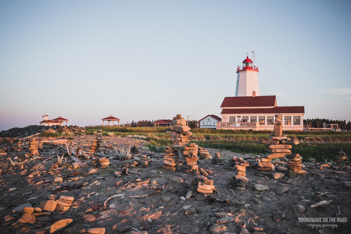 Phare de l'Île Miscou et inuksuit, péninsule Acadienne, Nouveau Brunswick, Canada