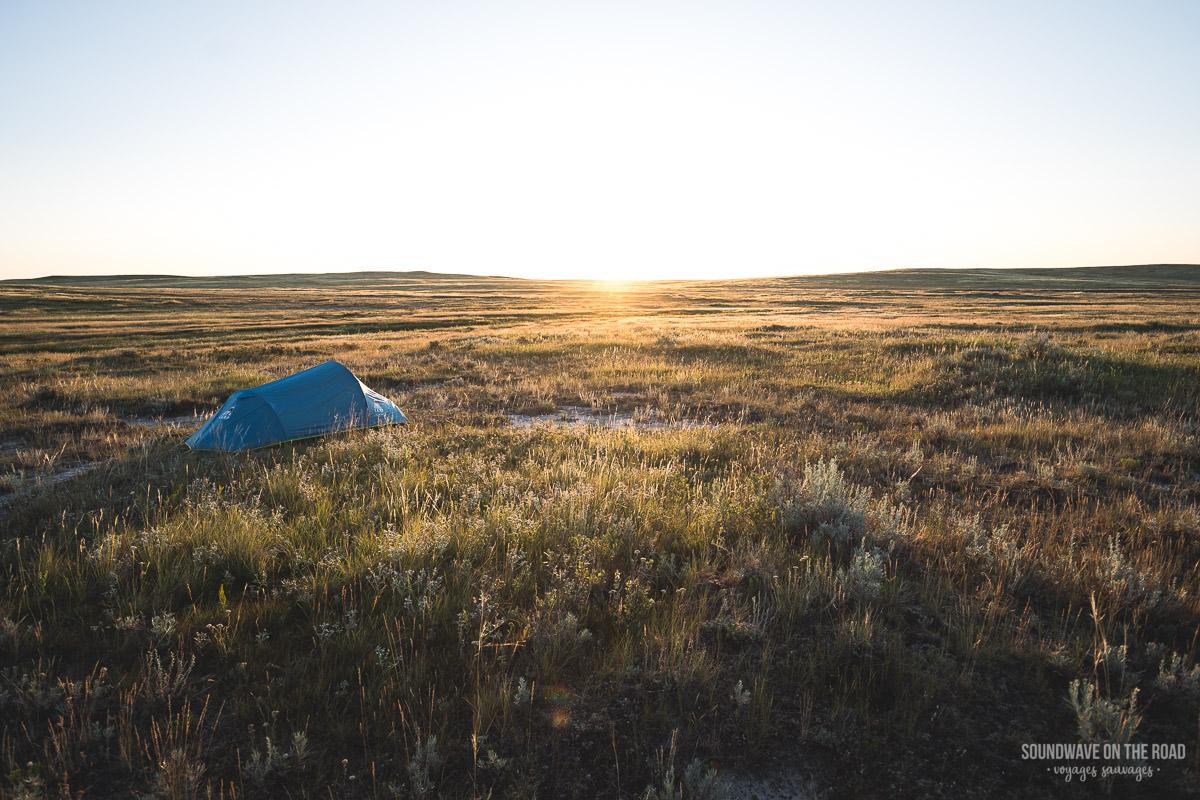 Camping d'arrière pays en pleine nature dans le Parc National des Prairies au Canada